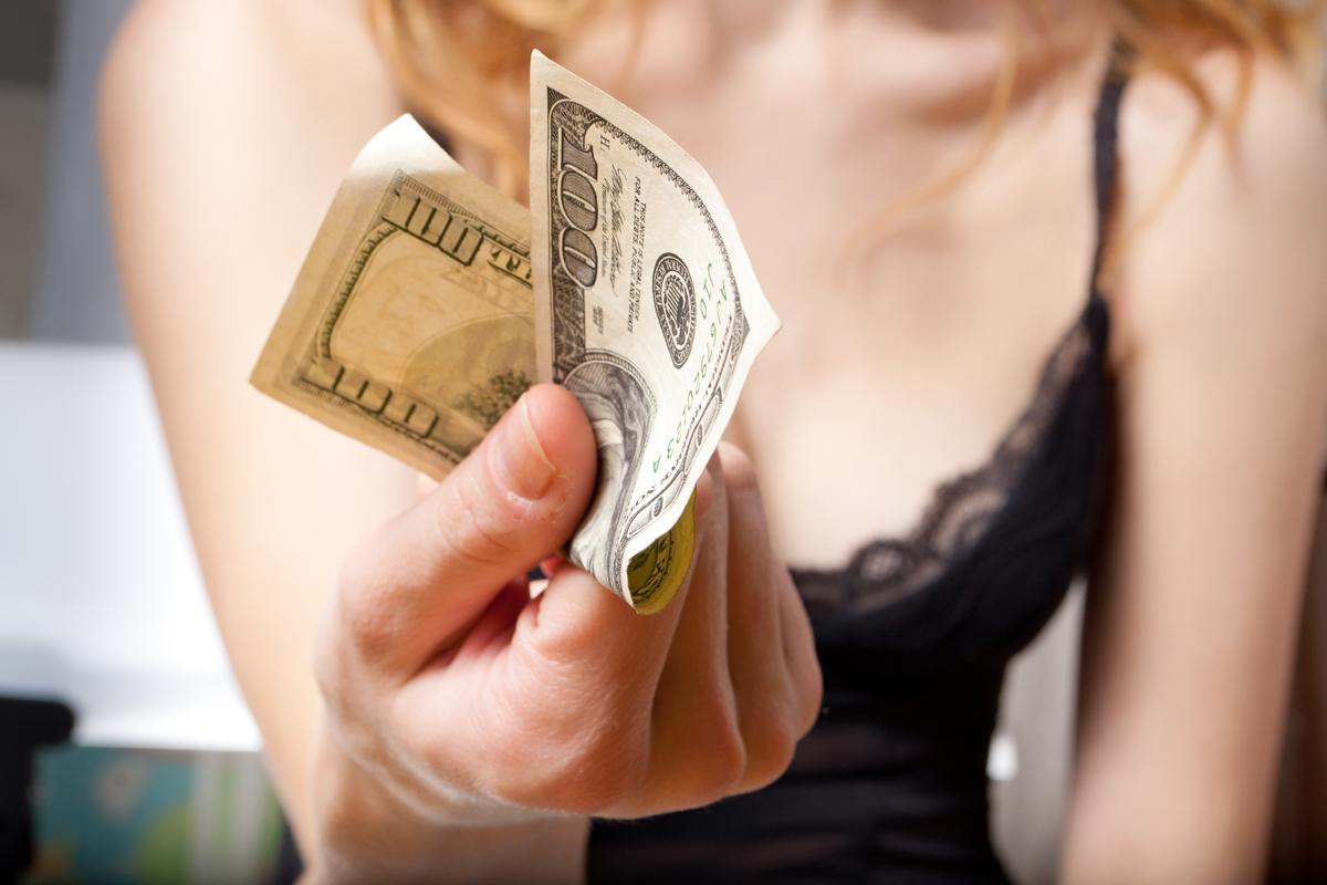 девушка заплатит за секс парню луганск задача, когда все